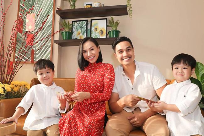 3 cặp sinh đôi nhà sao Việt nổi như cồn trên mạng xã hội: Bé con lai đã lớn phổng phao như thiếu nữ, cùng bố mẹ sống đầy trải nghiệm nơi trời Tây-1
