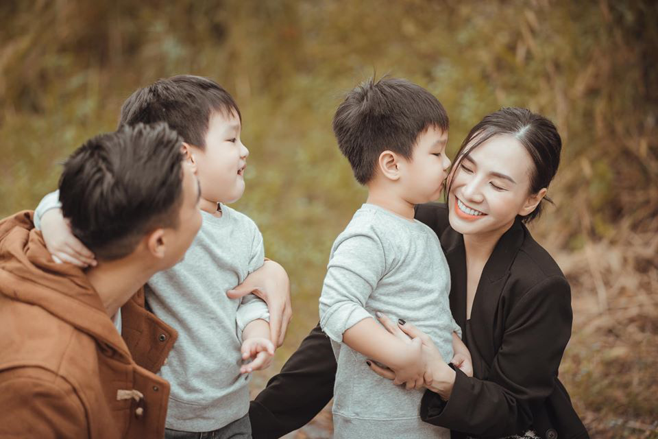 3 cặp sinh đôi nhà sao Việt nổi như cồn trên mạng xã hội: Bé con lai đã lớn phổng phao như thiếu nữ, cùng bố mẹ sống đầy trải nghiệm nơi trời Tây-12