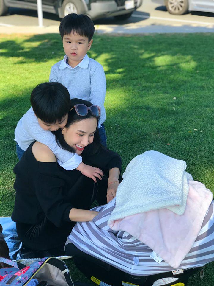 3 cặp sinh đôi nhà sao Việt nổi như cồn trên mạng xã hội: Bé con lai đã lớn phổng phao như thiếu nữ, cùng bố mẹ sống đầy trải nghiệm nơi trời Tây-4