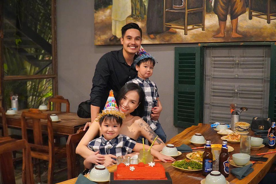 3 cặp sinh đôi nhà sao Việt nổi như cồn trên mạng xã hội: Bé con lai đã lớn phổng phao như thiếu nữ, cùng bố mẹ sống đầy trải nghiệm nơi trời Tây-7