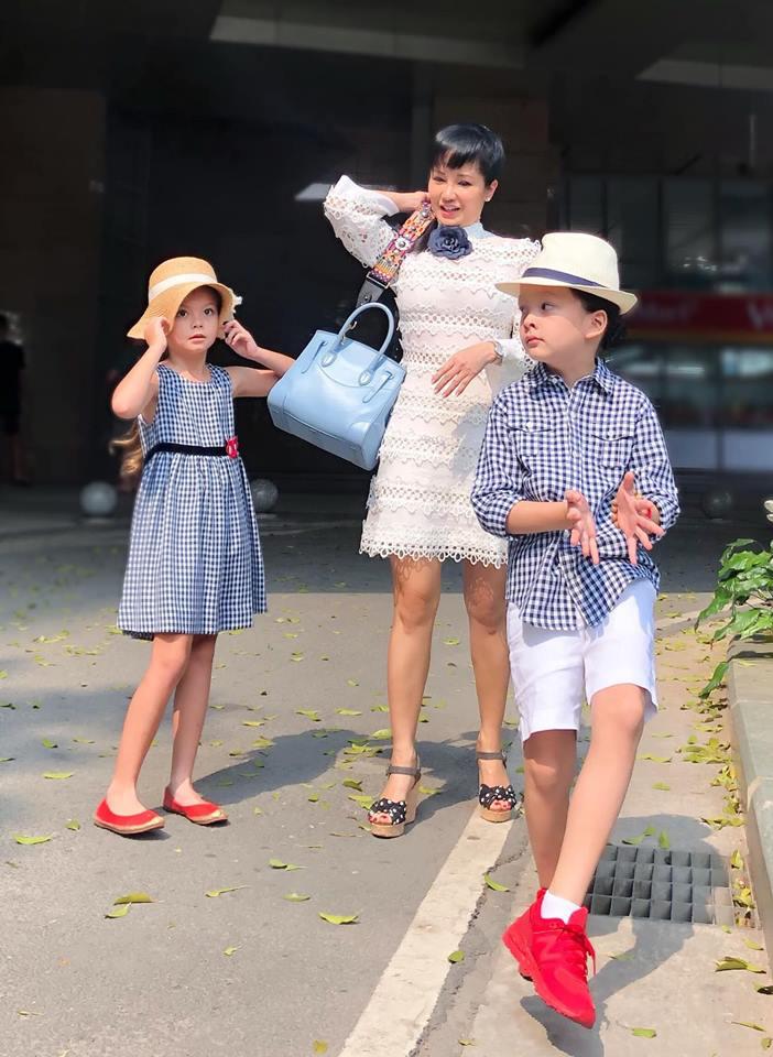 3 cặp sinh đôi nhà sao Việt nổi như cồn trên mạng xã hội: Bé con lai đã lớn phổng phao như thiếu nữ, cùng bố mẹ sống đầy trải nghiệm nơi trời Tây-16