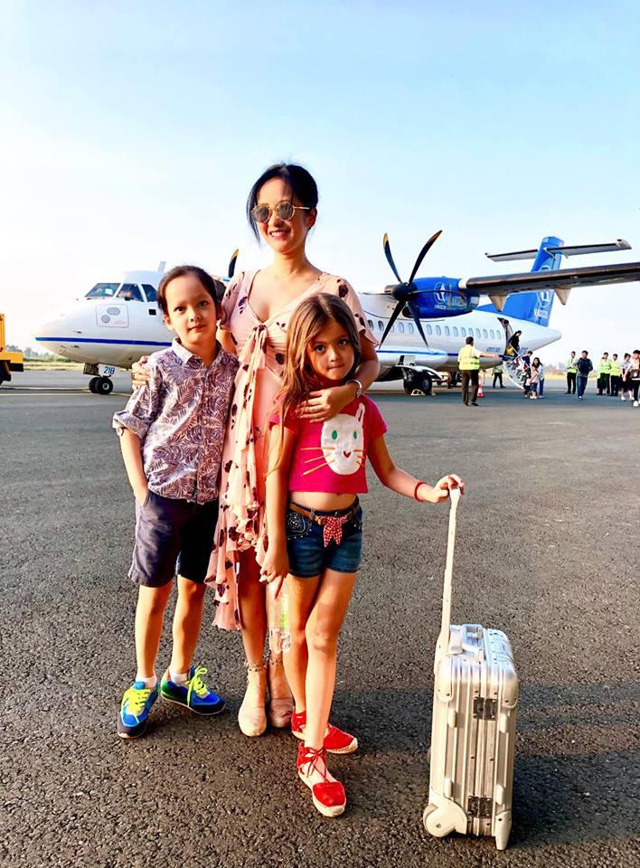 3 cặp sinh đôi nhà sao Việt nổi như cồn trên mạng xã hội: Bé con lai đã lớn phổng phao như thiếu nữ, cùng bố mẹ sống đầy trải nghiệm nơi trời Tây-17