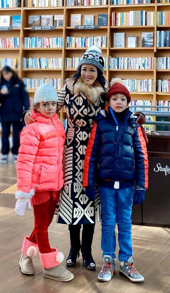 3 cặp sinh đôi nhà sao Việt nổi như cồn trên mạng xã hội: Bé con lai đã lớn phổng phao như thiếu nữ, cùng bố mẹ sống đầy trải nghiệm nơi trời Tây-18