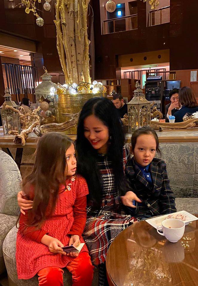 3 cặp sinh đôi nhà sao Việt nổi như cồn trên mạng xã hội: Bé con lai đã lớn phổng phao như thiếu nữ, cùng bố mẹ sống đầy trải nghiệm nơi trời Tây-19