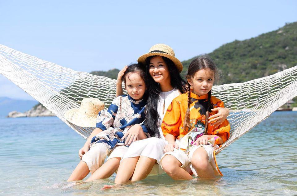 3 cặp sinh đôi nhà sao Việt nổi như cồn trên mạng xã hội: Bé con lai đã lớn phổng phao như thiếu nữ, cùng bố mẹ sống đầy trải nghiệm nơi trời Tây-20