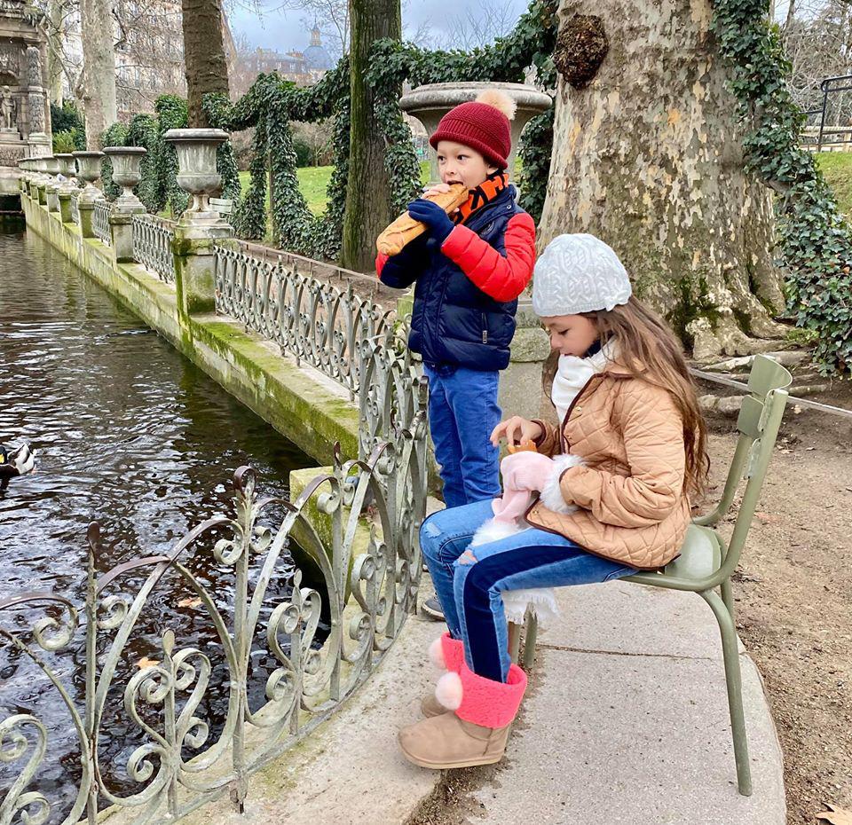 3 cặp sinh đôi nhà sao Việt nổi như cồn trên mạng xã hội: Bé con lai đã lớn phổng phao như thiếu nữ, cùng bố mẹ sống đầy trải nghiệm nơi trời Tây-23