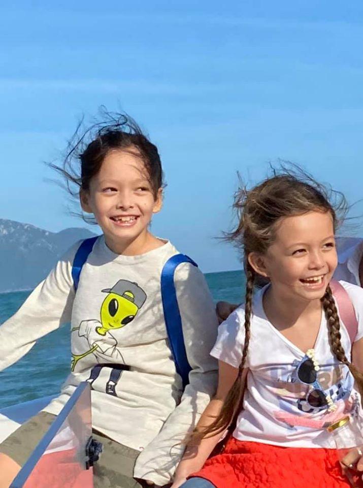 3 cặp sinh đôi nhà sao Việt nổi như cồn trên mạng xã hội: Bé con lai đã lớn phổng phao như thiếu nữ, cùng bố mẹ sống đầy trải nghiệm nơi trời Tây-24