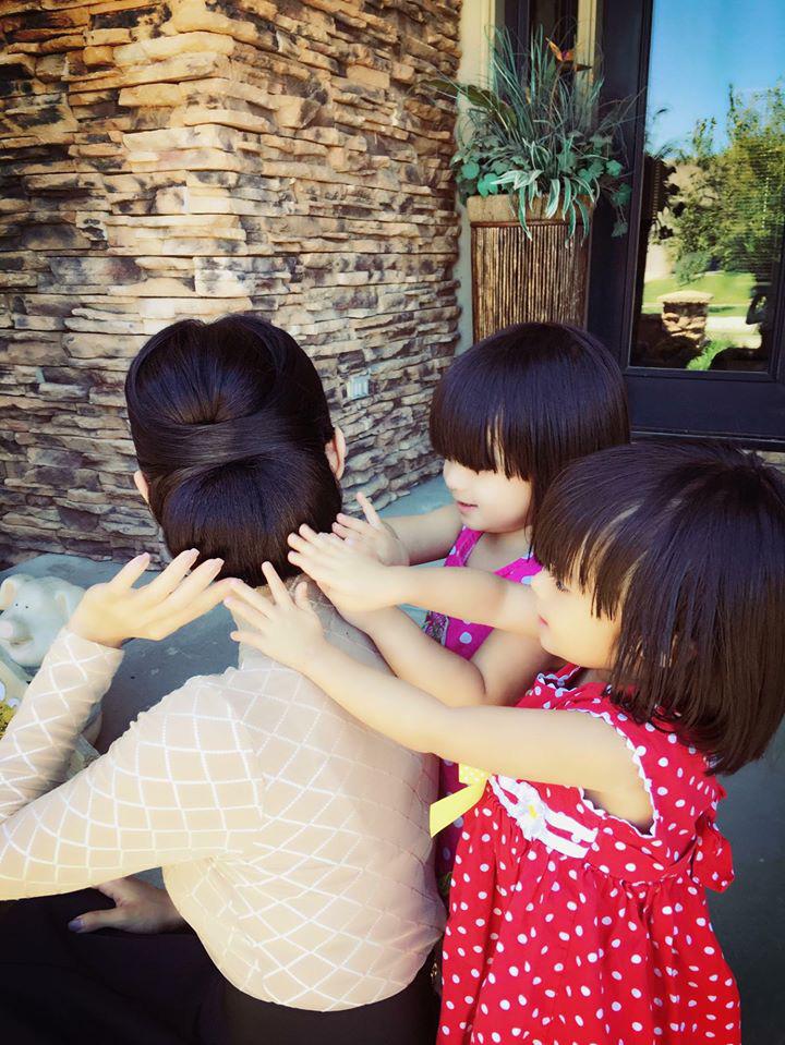 3 cặp sinh đôi nhà sao Việt nổi như cồn trên mạng xã hội: Bé con lai đã lớn phổng phao như thiếu nữ, cùng bố mẹ sống đầy trải nghiệm nơi trời Tây-41