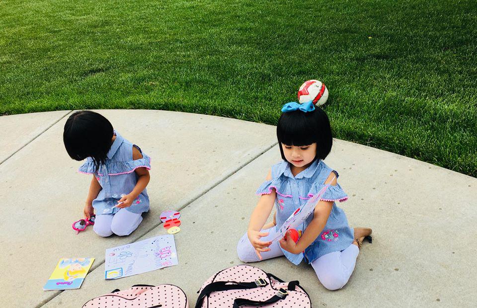 3 cặp sinh đôi nhà sao Việt nổi như cồn trên mạng xã hội: Bé con lai đã lớn phổng phao như thiếu nữ, cùng bố mẹ sống đầy trải nghiệm nơi trời Tây-36