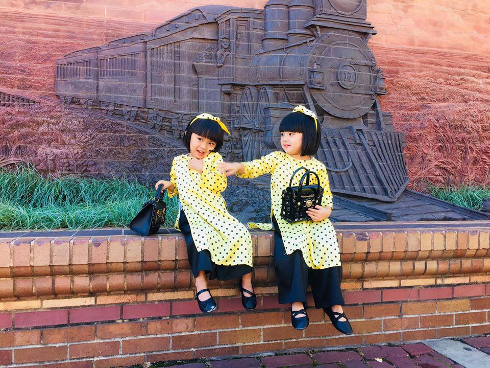 3 cặp sinh đôi nhà sao Việt nổi như cồn trên mạng xã hội: Bé con lai đã lớn phổng phao như thiếu nữ, cùng bố mẹ sống đầy trải nghiệm nơi trời Tây-42