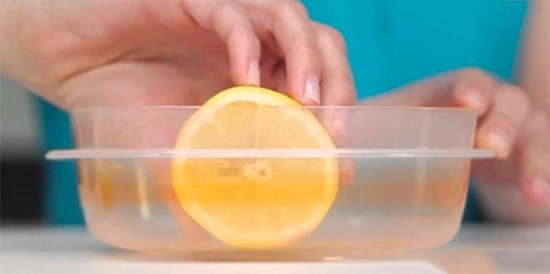 Hộp nhựa dính đầy dầu mỡ sẽ sạch bong kin kít nhờ loại gia vị nhà nào cũng có-1