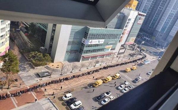 Tại tâm dịch virus corona ở Hàn Quốc lúc này: Người dân rồng rắn xếp hàng dài trăm mét mua khẩu trang-1