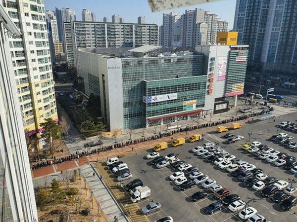Tại tâm dịch virus corona ở Hàn Quốc lúc này: Người dân rồng rắn xếp hàng dài trăm mét mua khẩu trang-2