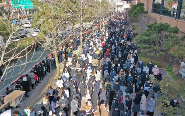 Tại tâm dịch virus corona ở Hàn Quốc lúc này: Người dân rồng rắn xếp hàng dài trăm mét mua khẩu trang-3