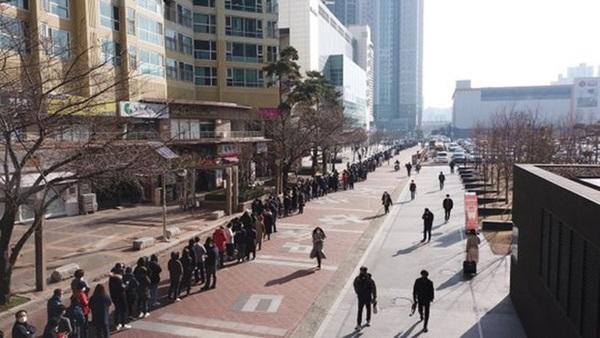 Tại tâm dịch virus corona ở Hàn Quốc lúc này: Người dân rồng rắn xếp hàng dài trăm mét mua khẩu trang-4