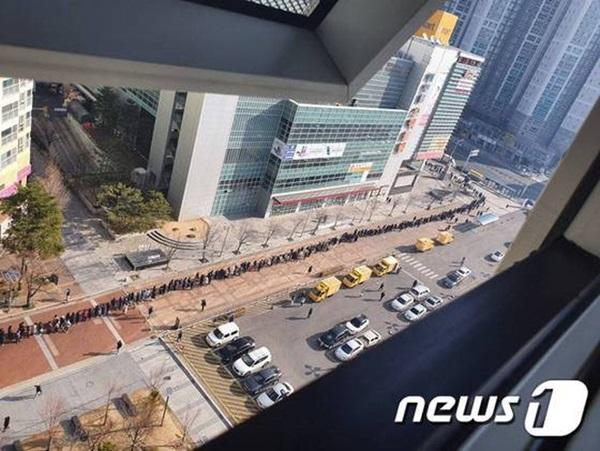 Tại tâm dịch virus corona ở Hàn Quốc lúc này: Người dân rồng rắn xếp hàng dài trăm mét mua khẩu trang-5