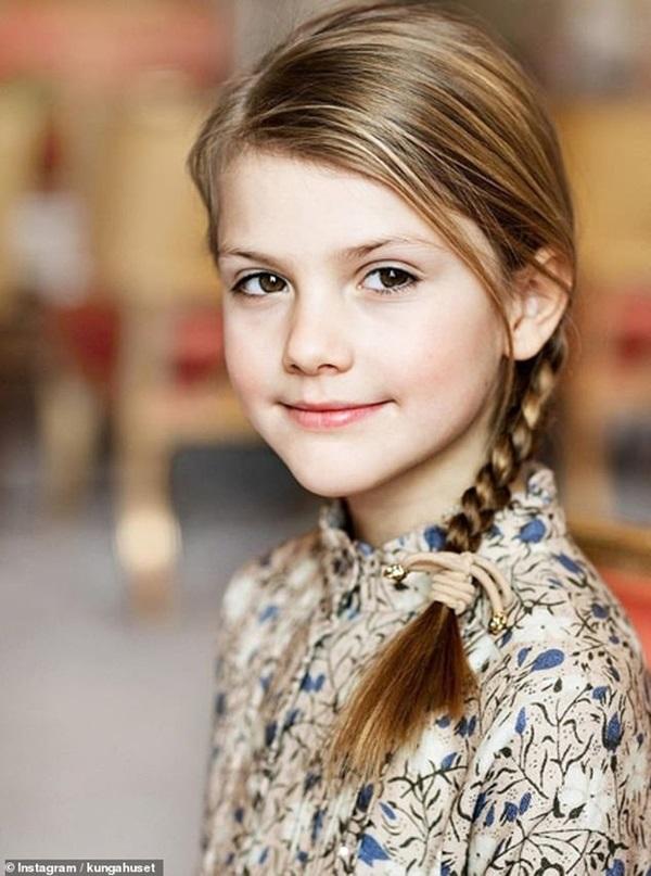 Hoàng gia Thụy Điển đăng ảnh Công chúa Estelle nhân dịp sinh nhật, dân mạng không khỏi trầm trồ vì dung mạo giống hệt người kế vị ngai vàng-1