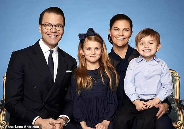 Hoàng gia Thụy Điển đăng ảnh Công chúa Estelle nhân dịp sinh nhật, dân mạng không khỏi trầm trồ vì dung mạo giống hệt người kế vị ngai vàng-3