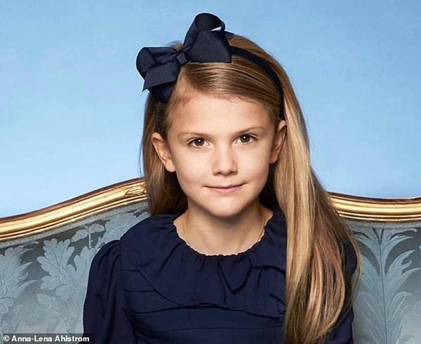 Hoàng gia Thụy Điển đăng ảnh Công chúa Estelle nhân dịp sinh nhật, dân mạng không khỏi trầm trồ vì dung mạo giống hệt người kế vị ngai vàng-4