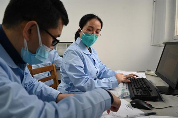 Nhật ký nữ bác sĩ: Không phải trực đêm do bệnh thận, nhưng vì Vũ Hán mà sẵn sàng cùng đồng nghiệp chiến đấu với virus corona-2