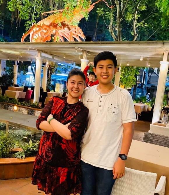 Sau bao năm bố mẹ ly hôn, hai con trai Phước Sang và Kim Thư lần đầu lộ diện-2