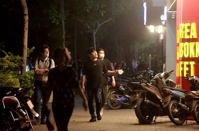 """Dịch Covid-19: Nếp sinh hoạt ngày - đêm kỳ lạ ở phố Hàn"""" giữa Hà Nội-10"""