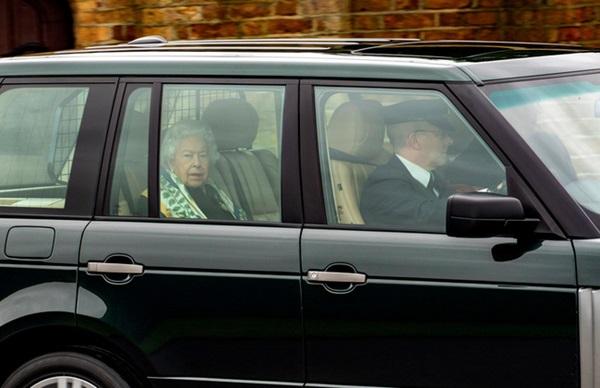 Nữ hoàng Anh lần đầu lộ diện sau cú sốc vô lễ của vợ chồng Meghan Markrle, nhìn gương mặt của bà ai cũng xót xa-1