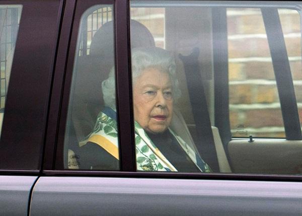 Nữ hoàng Anh lần đầu lộ diện sau cú sốc vô lễ của vợ chồng Meghan Markrle, nhìn gương mặt của bà ai cũng xót xa-2