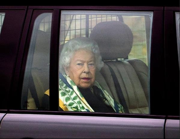 Nữ hoàng Anh lần đầu lộ diện sau cú sốc vô lễ của vợ chồng Meghan Markrle, nhìn gương mặt của bà ai cũng xót xa-3