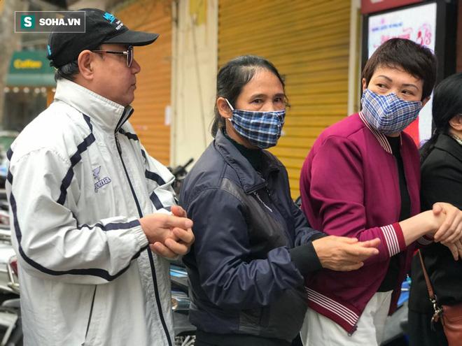 """Giá vàng xuống dốc"""", người dân Hà Nội vẫn chen nhau xếp hàng từ 6h sáng để mua kiếm lời-2"""