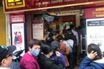 """Giá vàng """"xuống dốc"""", người dân Hà Nội vẫn chen nhau xếp hàng từ 6h sáng để mua kiếm lời"""