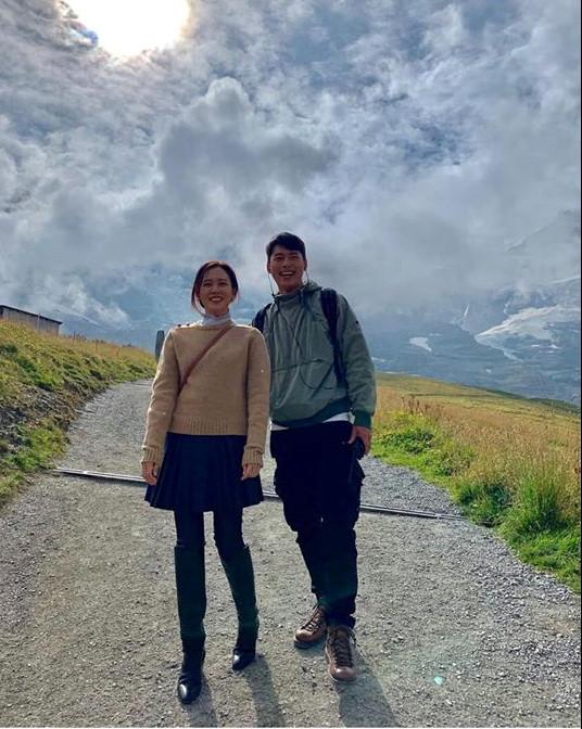 Rộ tin đồn Hyun Bin và Kang Sora tái hợp, còn lộ bằng chứng theo chân bạn trai sang tận Thụy Sĩ?-10