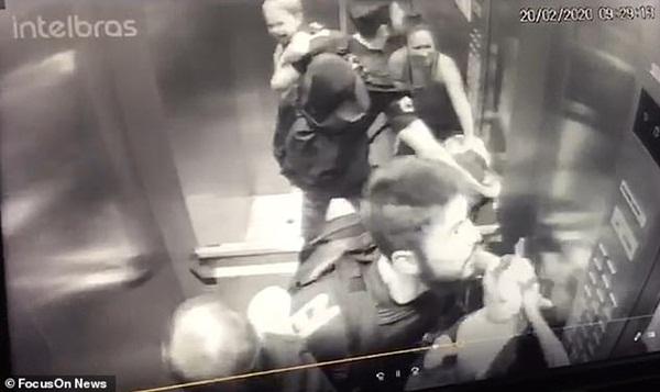 Khoảnh khắc ám ảnh: Chó lao vào thang máy tấn công bé trai 18 tháng tuổi, bảo mẫu đi cùng trở tay không kịp-2
