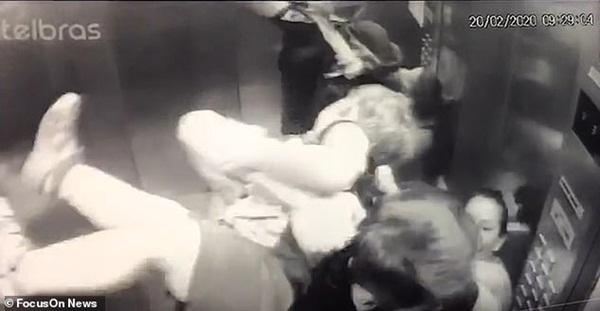 Khoảnh khắc ám ảnh: Chó lao vào thang máy tấn công bé trai 18 tháng tuổi, bảo mẫu đi cùng trở tay không kịp-3