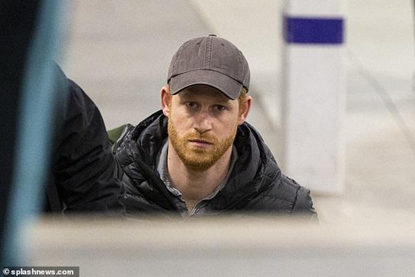 Hoàng tử Harry tay xách nách mang một mình trở về Anh, đáng chú ý nhất là nét mặt bất thường khiến ai nhìn cũng giận sôi máu-1