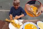 CHỨNG NÀO TẬT NẤY: Con trai bà Tân Vlog khiến người nhìn phát ghê khi dùng tay trần 'sờ mó' đồ ăn