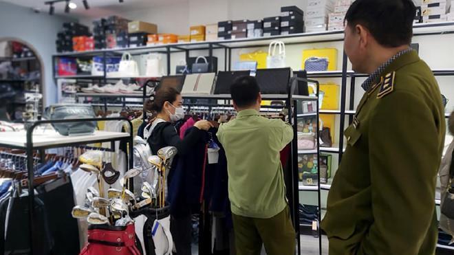 Hàng loạt túi xách nghi nhái Louis Vuitton, Gucci được bán ở The Manor-1