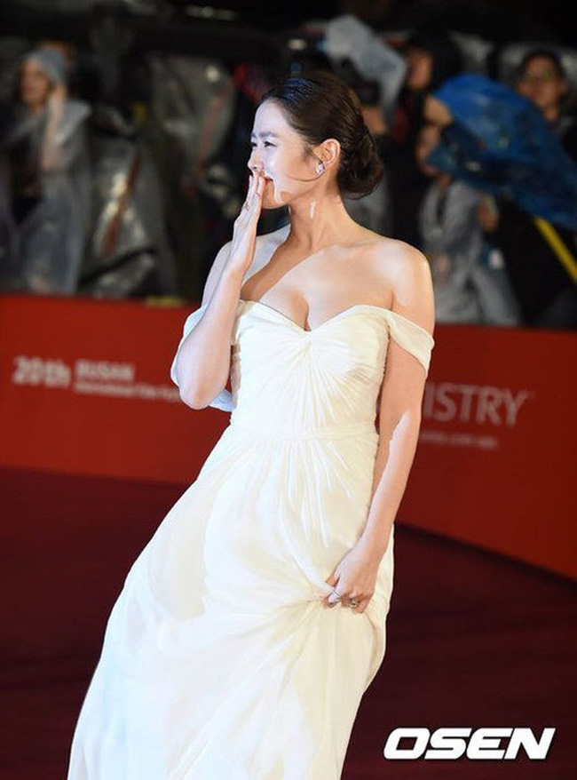 Những lần khuynh đảo thảm đỏ của chị đẹp Son Ye Jin: Hàng trăm khoảnh khắc tựa nữ thần vẫn không gây bão bằng cái nắm tay với người đàn ông này-2
