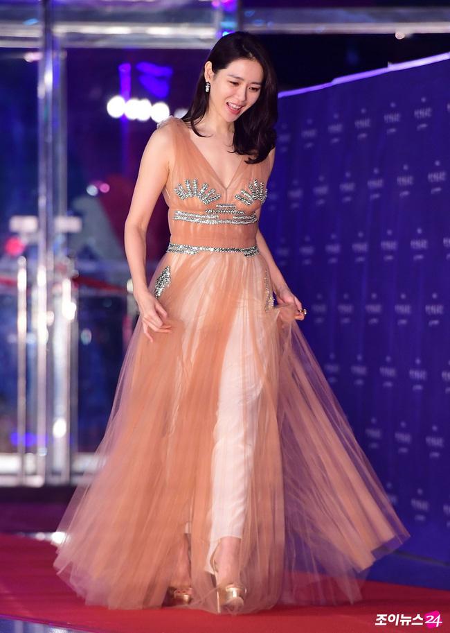 Những lần khuynh đảo thảm đỏ của chị đẹp Son Ye Jin: Hàng trăm khoảnh khắc tựa nữ thần vẫn không gây bão bằng cái nắm tay với người đàn ông này-6