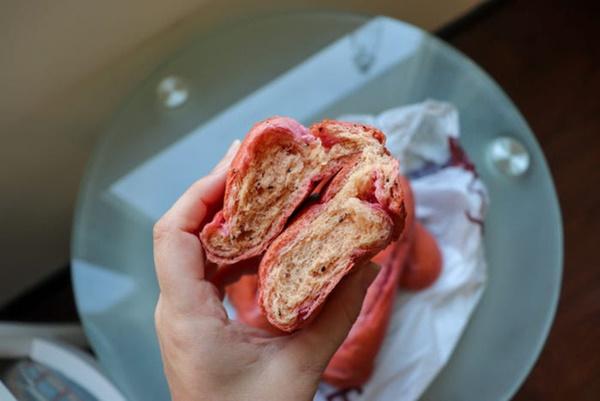 Báo Mỹ hết lời khen ngợi bánh mì thanh long của Việt Nam, phóng viên tìm đến tận nơi để trải nghiệm cảnh xếp hàng mua bánh-15