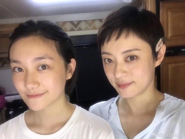 Nữ nhân bán nhà: Tôn Lệ đóng chung phim với em gái cùng cha khác mẹ, hé lộ gia thế bất hạnh của nữ hoàng rating-6
