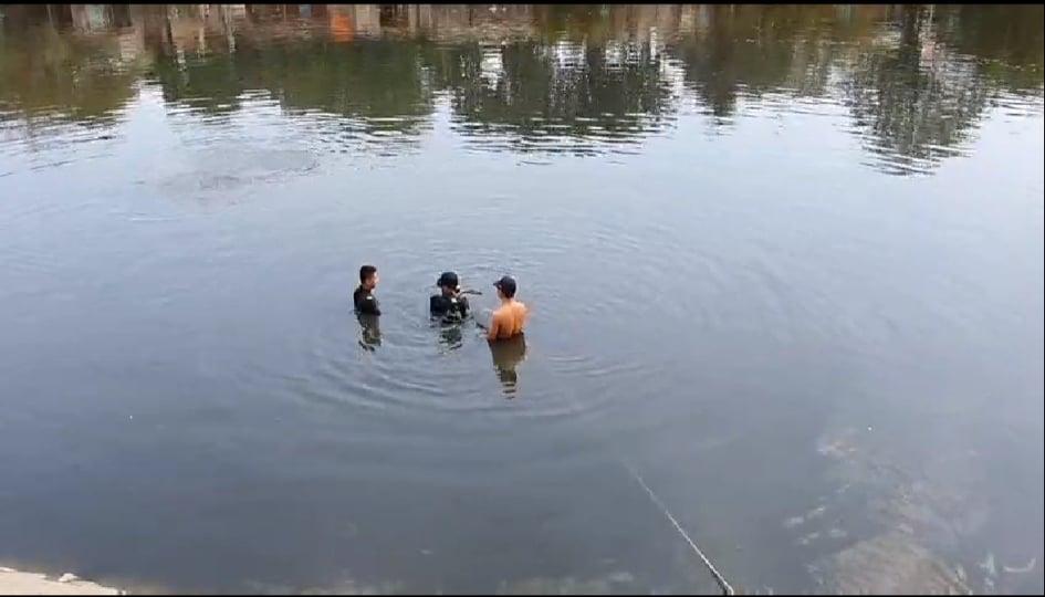 Hai vợ chồng trẻ bỏ lại xe máy, cùng nhau nhảy xuống kênh Tàu Hủ tự tử-2