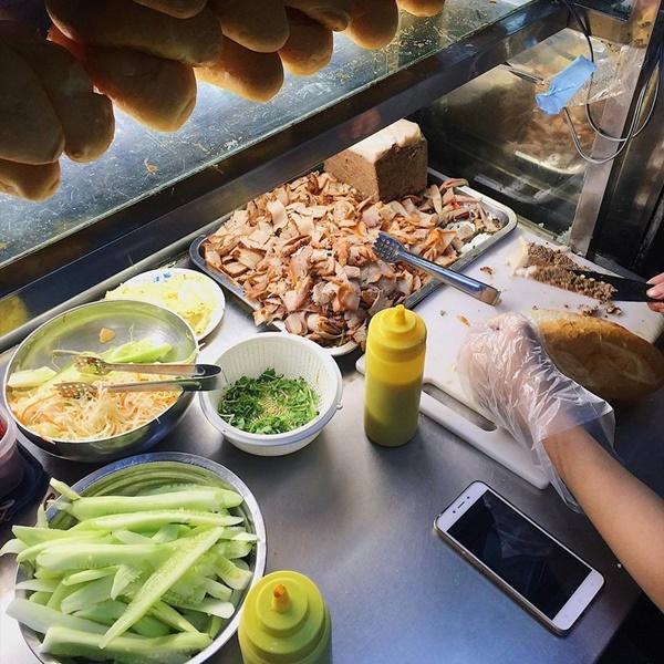 7 địa chỉ bánh mì nổi tiếng cực hút khách nhất định phải ghé khi đến Hà Nội-9