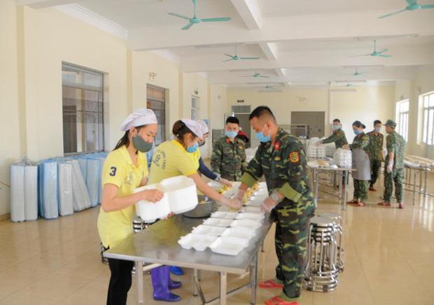 Đột nhập bếp ăn quân đội phục vụ hàng trăm người ở khu cách ly Hà Nội-1