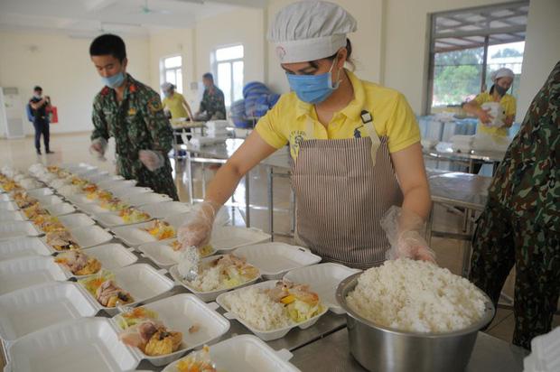 Đột nhập bếp ăn quân đội phục vụ hàng trăm người ở khu cách ly Hà Nội-2