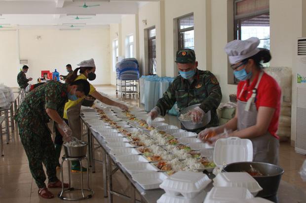 Đột nhập bếp ăn quân đội phục vụ hàng trăm người ở khu cách ly Hà Nội-4
