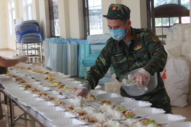 Đột nhập bếp ăn quân đội phục vụ hàng trăm người ở khu cách ly Hà Nội-5