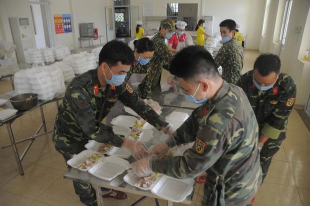Đột nhập bếp ăn quân đội phục vụ hàng trăm người ở khu cách ly Hà Nội-7