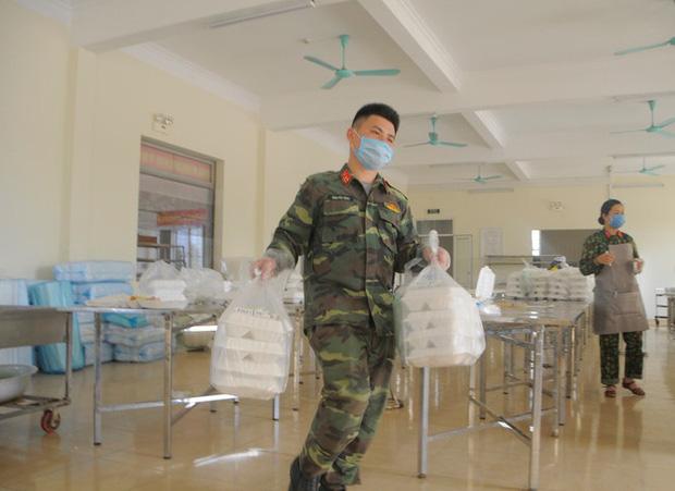 Đột nhập bếp ăn quân đội phục vụ hàng trăm người ở khu cách ly Hà Nội-8
