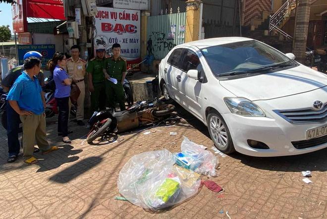Nữ tài xế để ôtô trôi tự do tông chết người đi đường-1